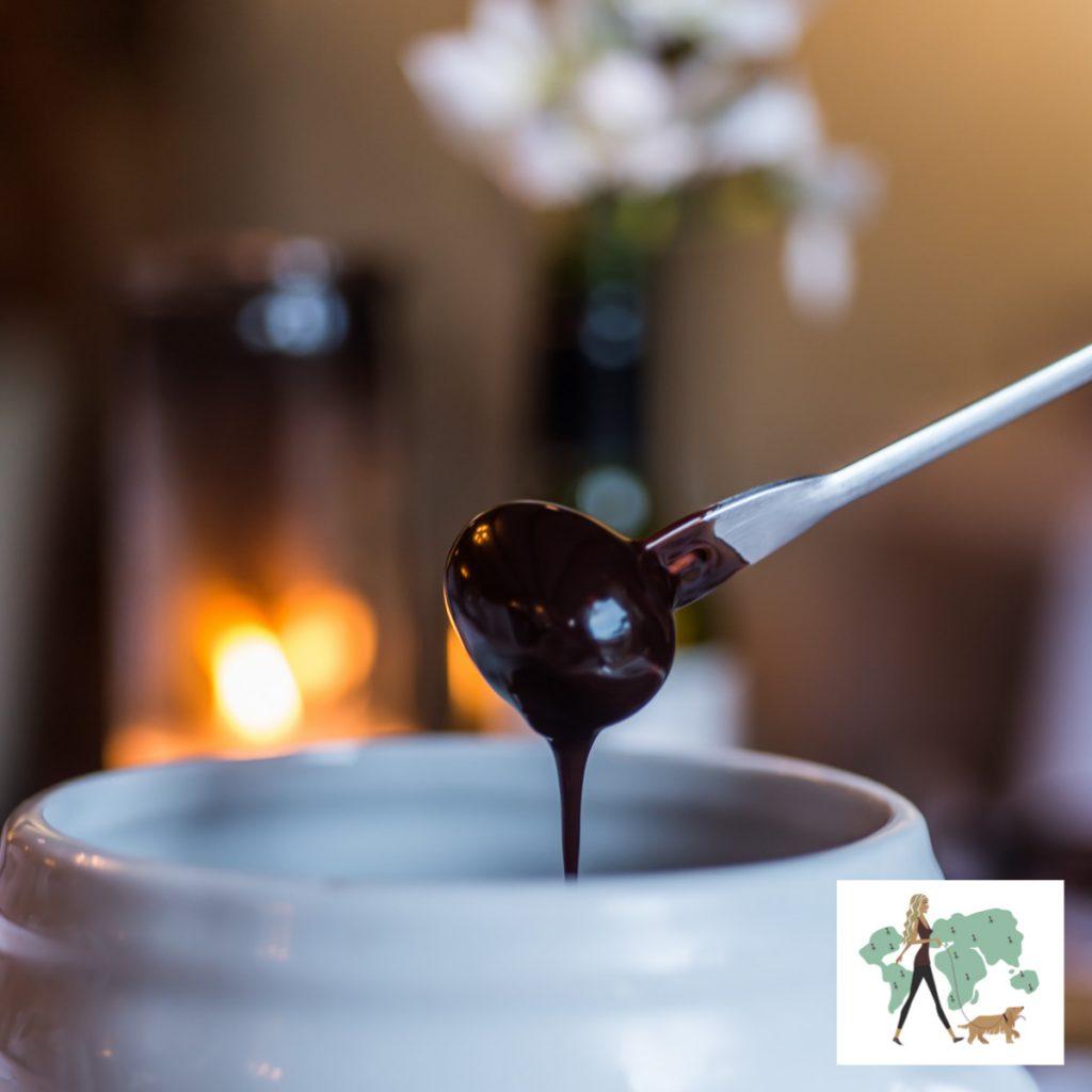 garfo espetado em uva com lambuzado em fondue de chocolate