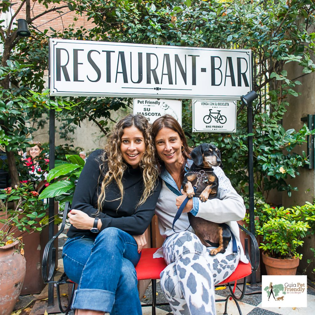 duas mulheres e cachorro no colo
