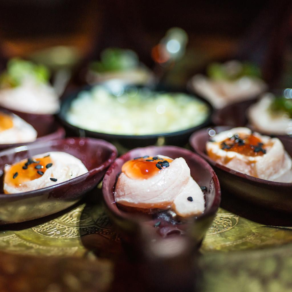 O rolinho de salmão, servido em colherinhas, era divertido de degustar.
