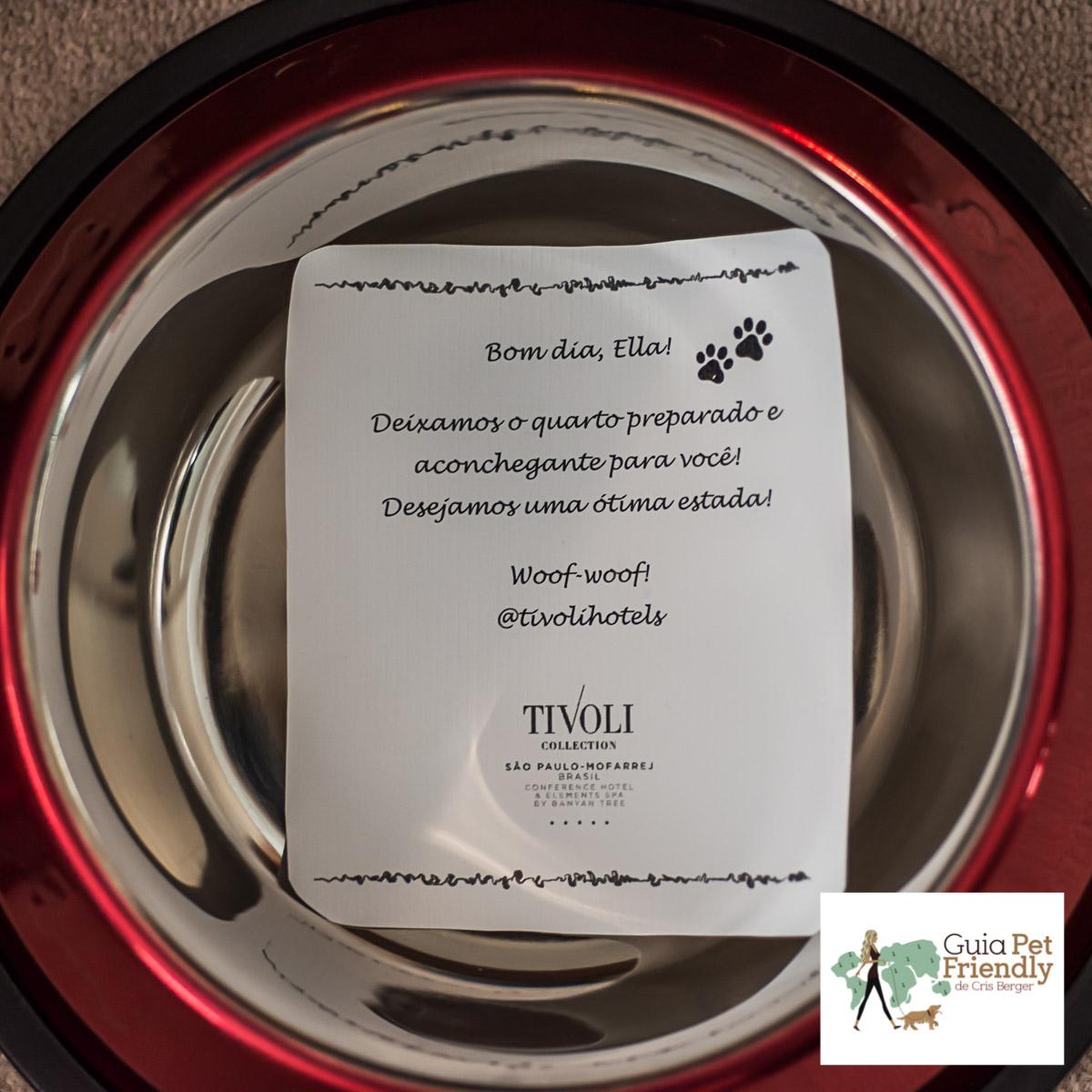 cartão de boas vindas em cima de pote de comida para cachorro