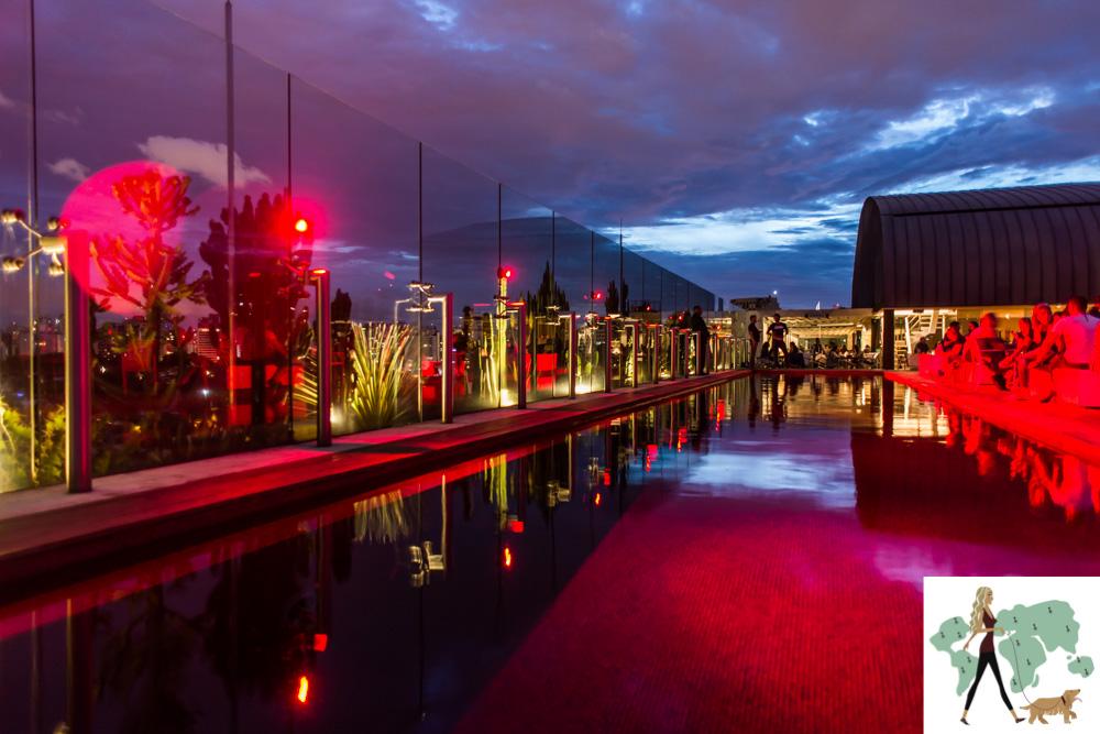 piscina com luzes vermelhas na cobertura ao entardecer