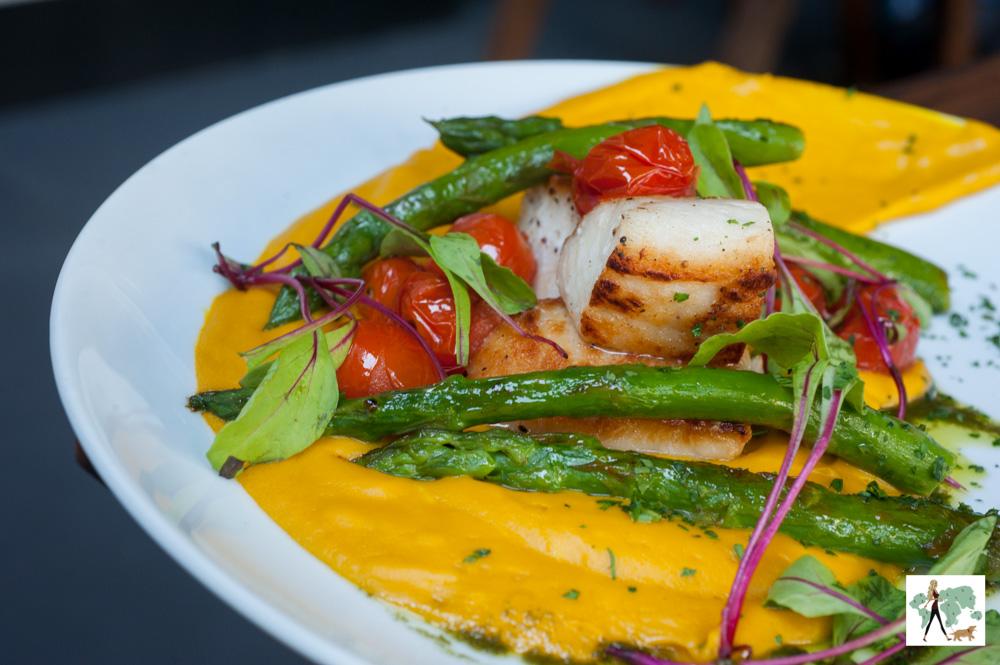 pescada amarela grelhada à siciliana , purê de abóbora, aspargos , tomate e ervas frescas