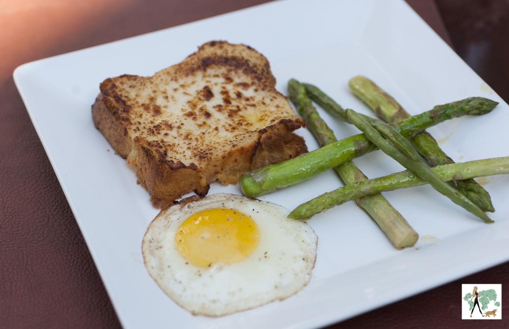 pão, ovo frito e aspargos