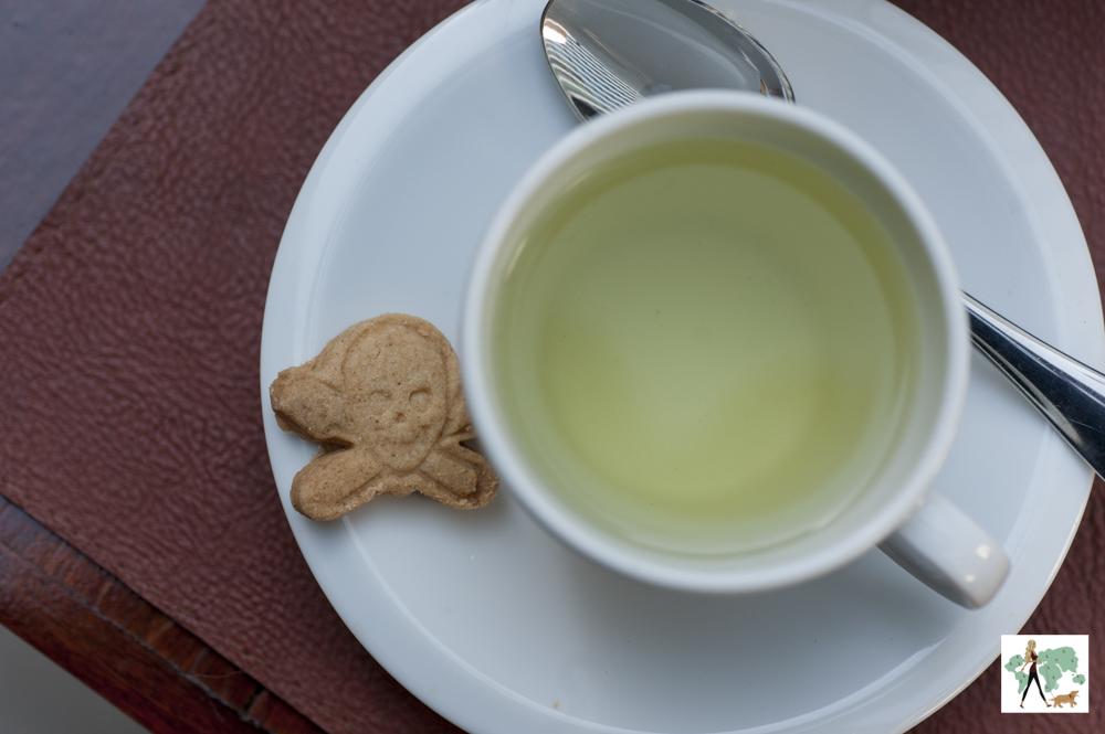 xícara de chá e biscoito de pirata