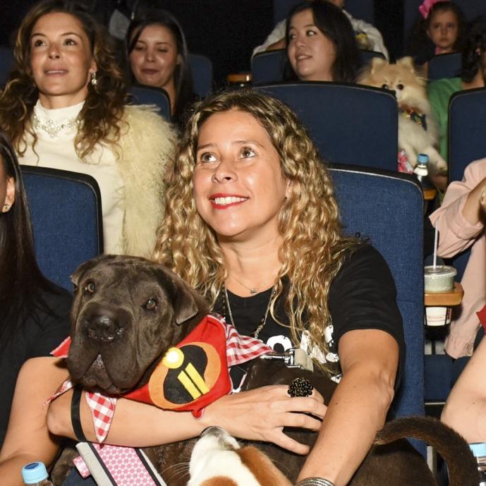 cachorros e mulheres na sala de cinema