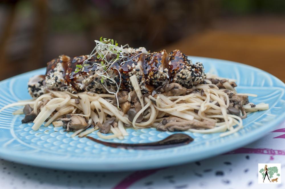 espaguete de pupunha com atum selado com crosta de gergelim