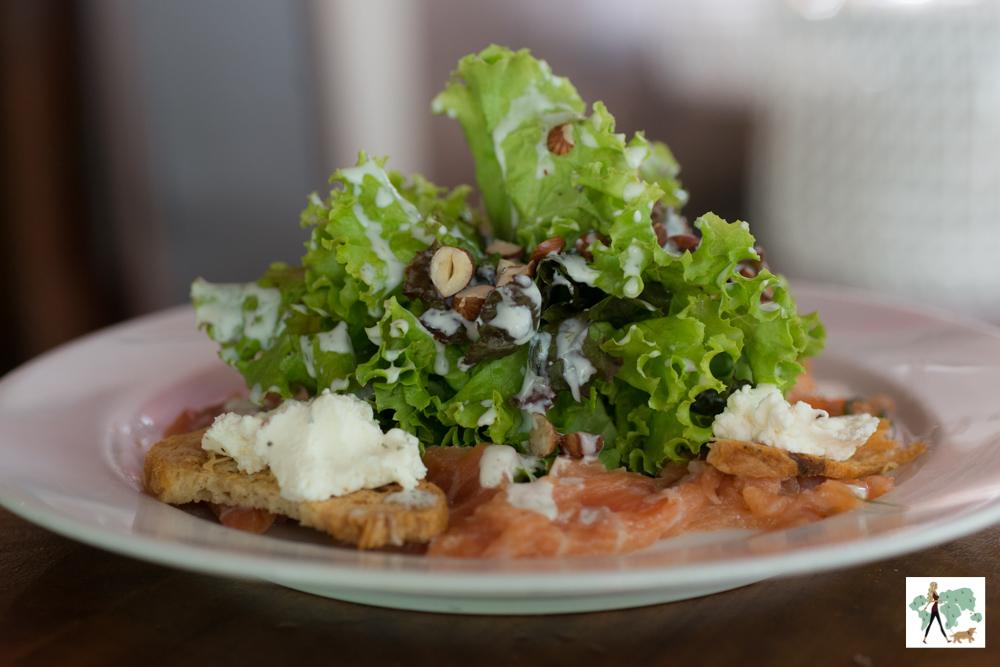 salada de alface com salmão defumado
