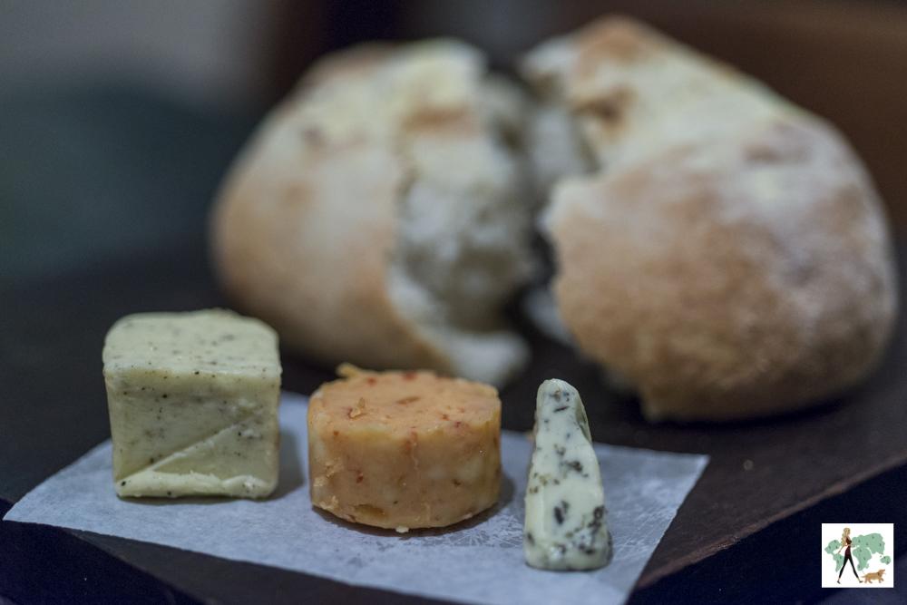 pão artesanal e manteigas