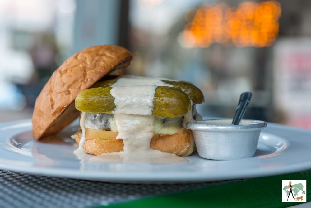 hambúrguer vegetariano com picles