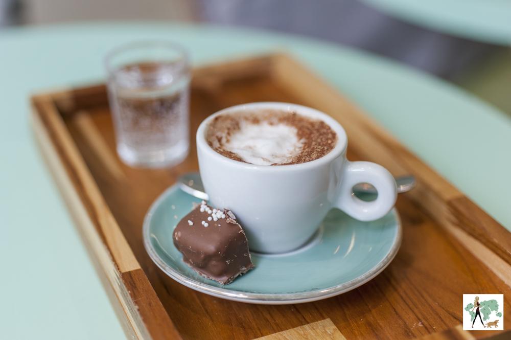 chocolate quente em xícara com docinho