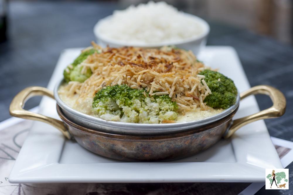 bacalhau com brócolis e batata palha