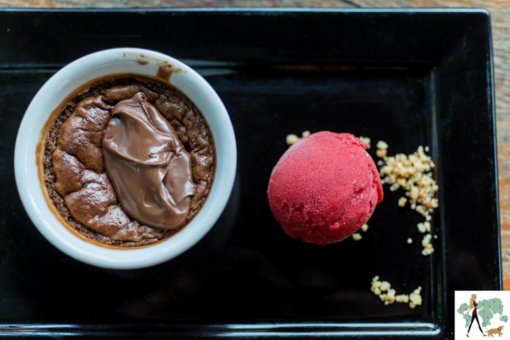 bolinho de chocolate e sorvete