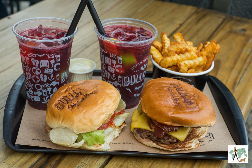 hambúrgueres, batata frita e limonadas