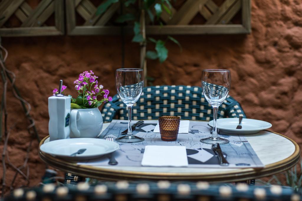 mesa posta de bistrô com pratos e copos