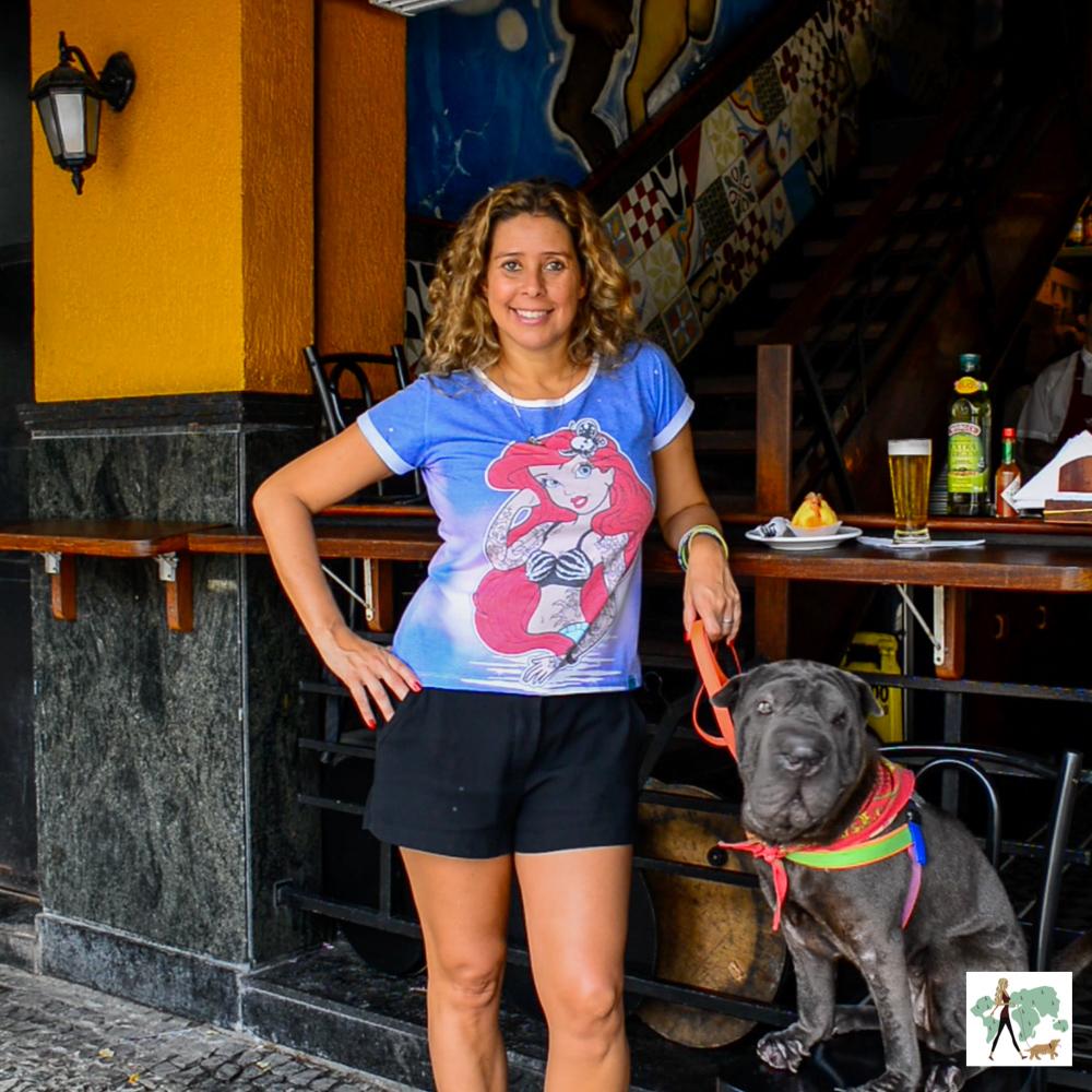 mulher e cachorro na varanda do bar