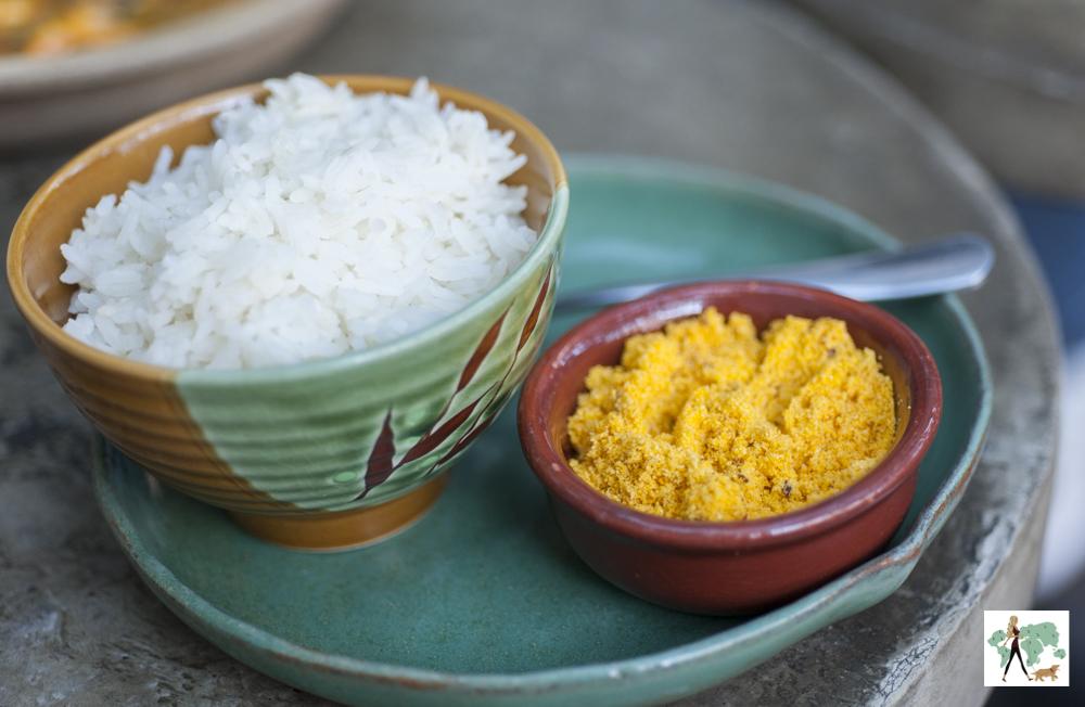 porção de arroz e farofa
