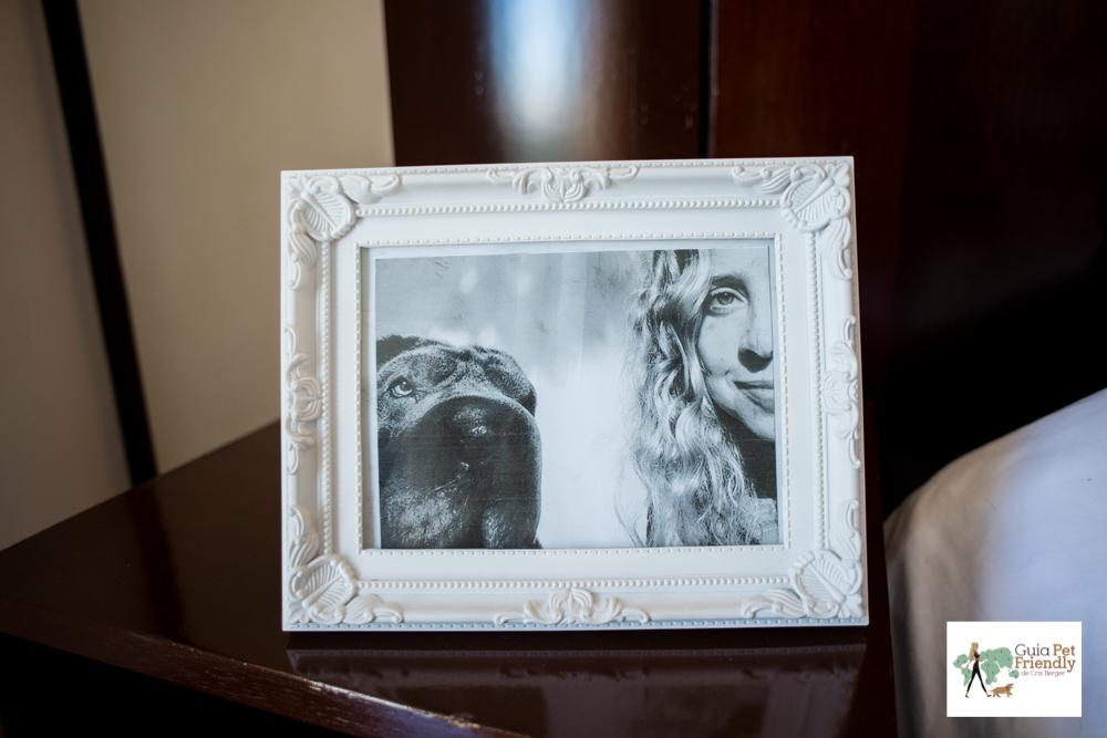 porta retrato com foto de mulher e cachorro