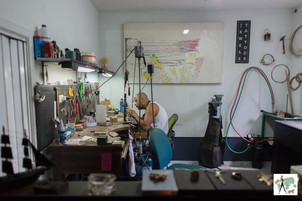 homem fazendo joias