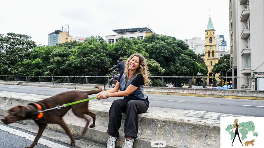 mulher segurando cachorro pela guia