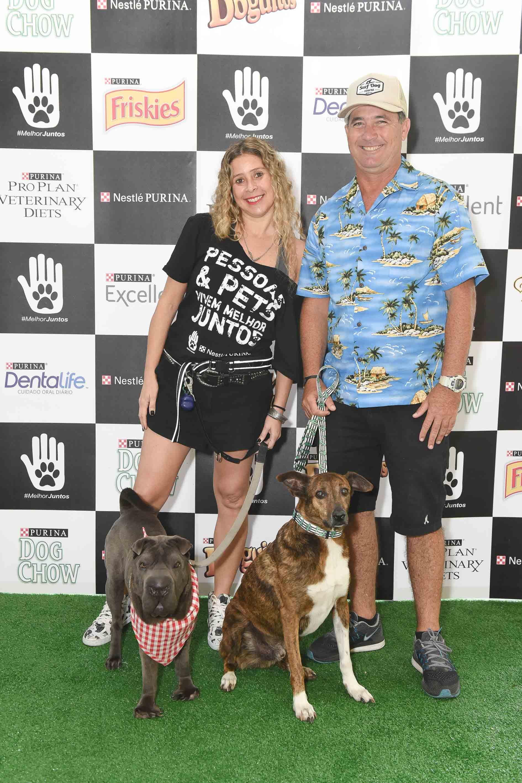 mulher ao lado de homem com cachorros na guia