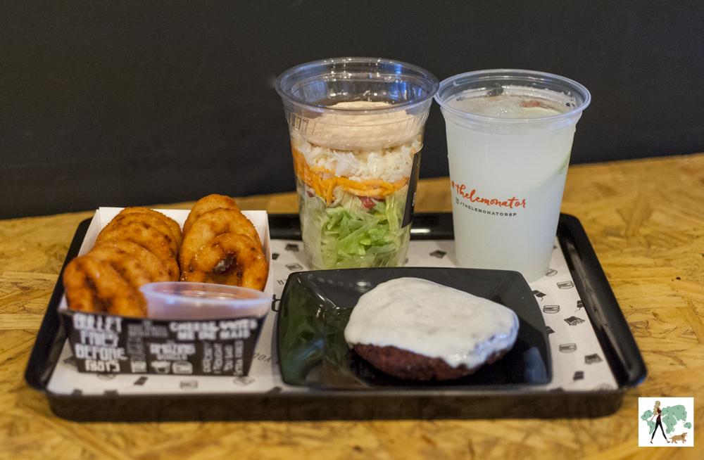 salada no copo, falafel, onion rings e The Lemanator