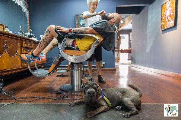homem fazendo barba com cachorro deitado ao lado