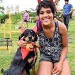 mulher ao lado de cachorro fantasiado