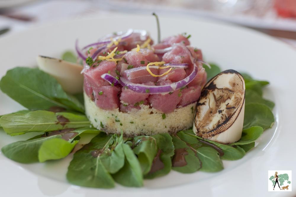 tartar de atum com cuscus e salada de rúcula