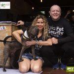 homem e mulher ao lado de cachorro