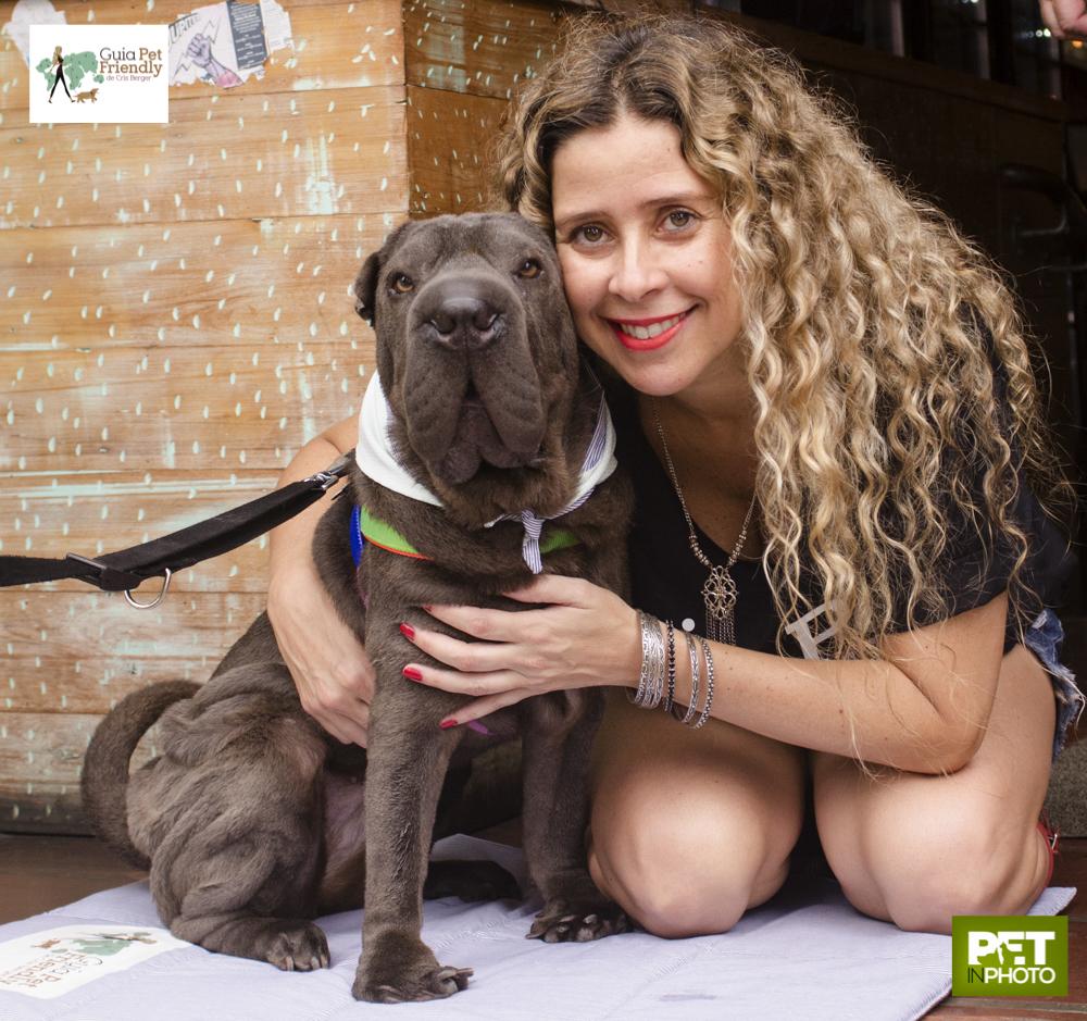 mulher sorrindo abraçando cachorro