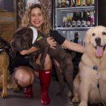 mulher sorrindo ao lado de cachorros