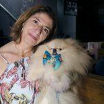 mulher segurando cachorros nos braços