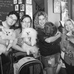 pessoas segurando cachorros no colo