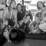 mulheres segurando cachorros nos braços