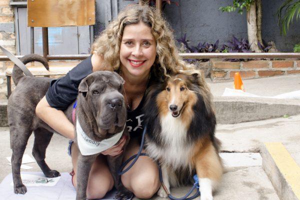 mulher abraçando cachorros