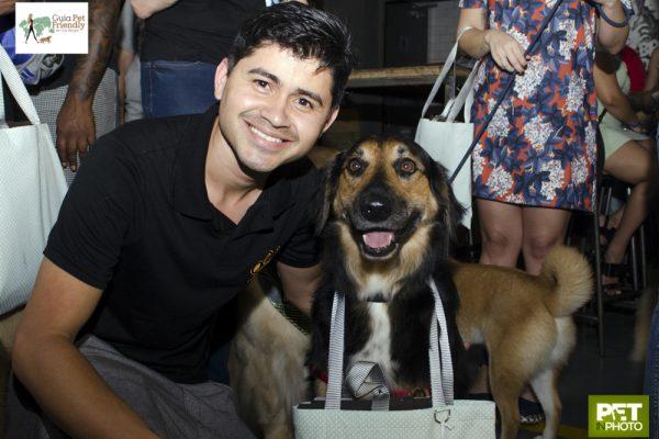 homem ao lado do cachorro