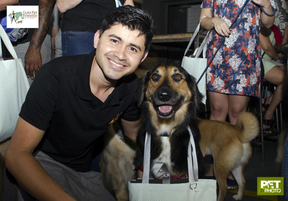 homem sorrindo ao lado de cachorro