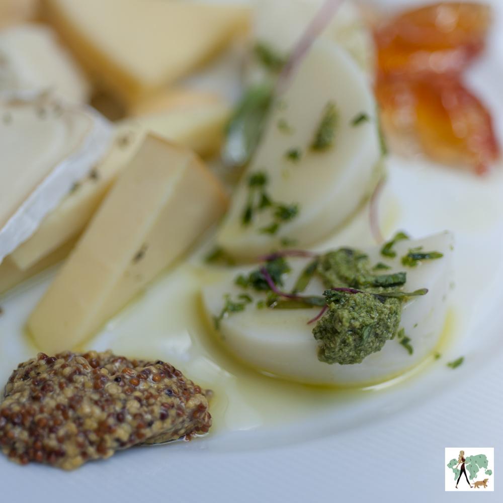 prato com vários tipos de queijos