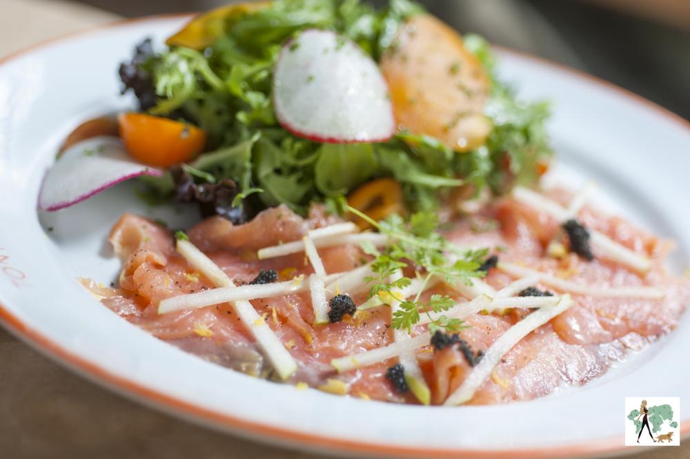 salmão defumado com ovas de lump e salada do restaurante Ton Ton