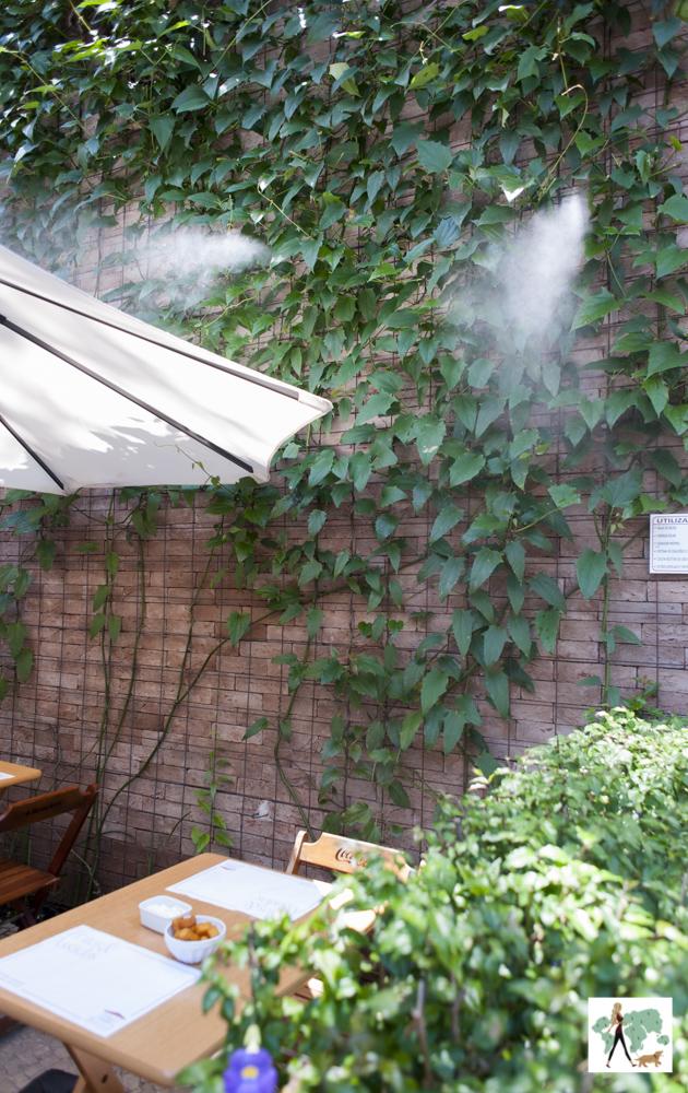spray d'água saindo das paredes do restaurante Fritos e Assados