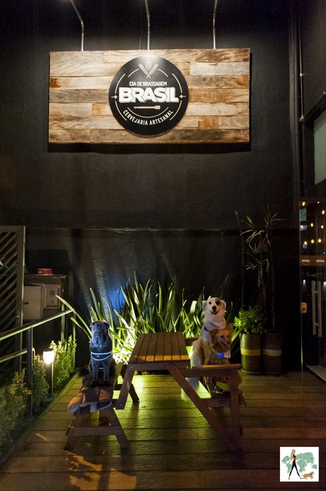 cachorros sentados em cima de bancos em varanda de hamburgueria