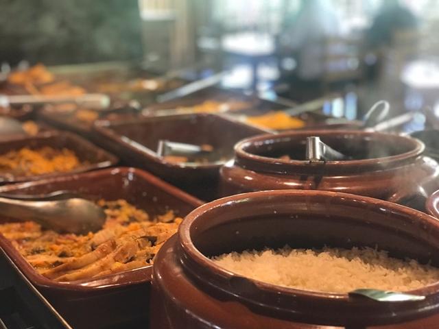 panelas de barro com comida caseira