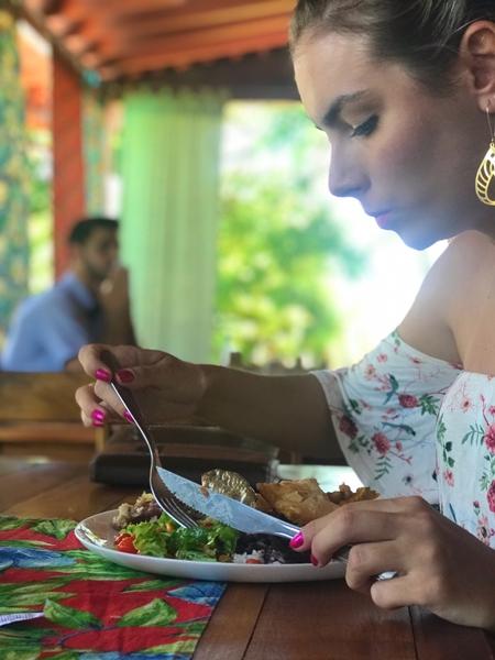 mulher sentada comendo