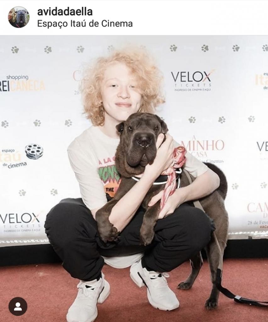 rapaz e cachorro em pré estréia do filme A caminho de Casa