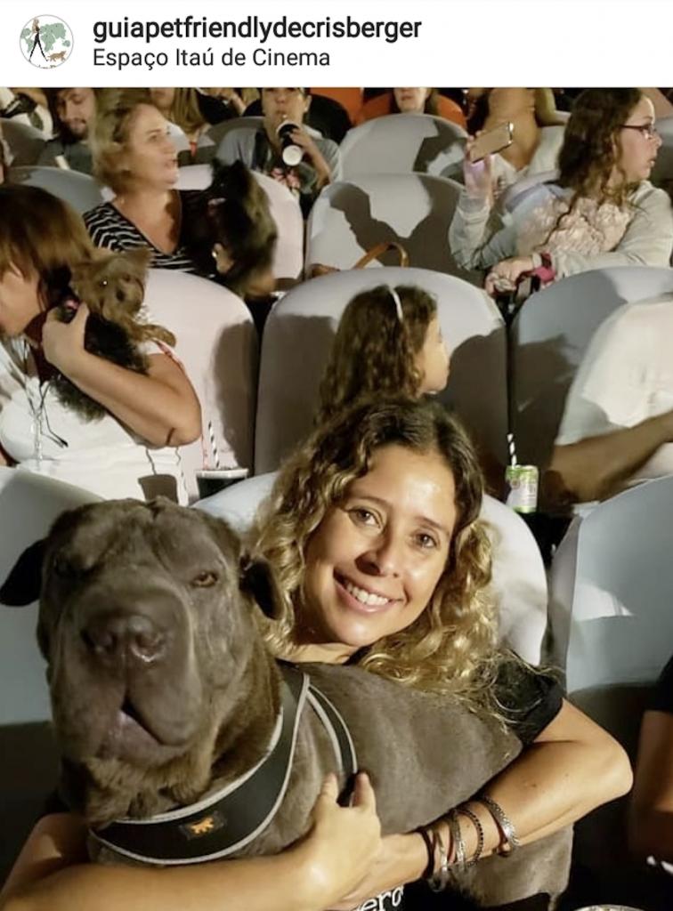 cachorro e mulher dentro da sala de cinema do Itaú Frei Caneca