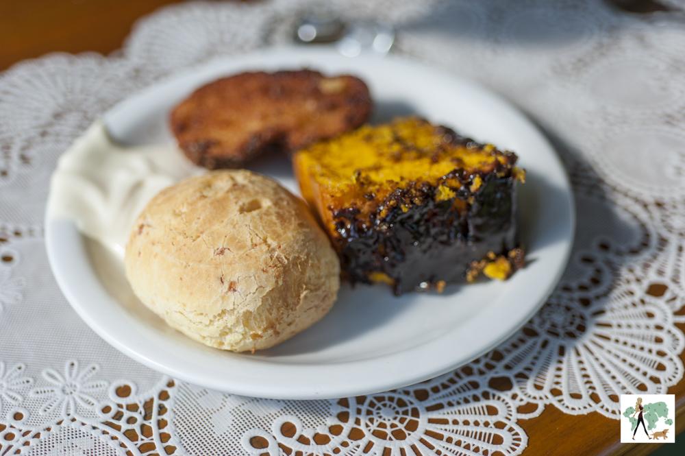 pão de queijo, bolo de chocolate e rabanada
