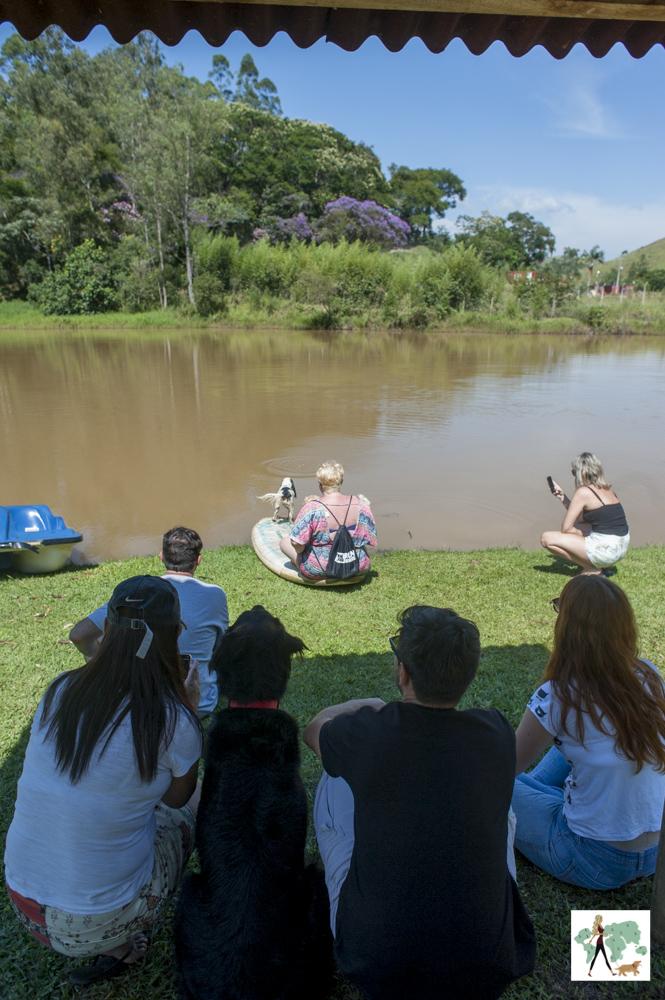 pessoas sentadas na beira do lago da pousada Gaia Viva