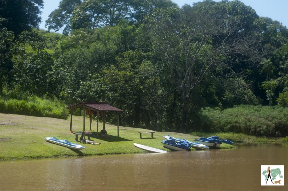 lago, gramado, pedalinho e stand up paddle
