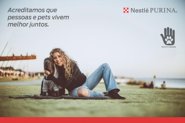 mulher e cachorros sentados juntos na orla do Guaíba