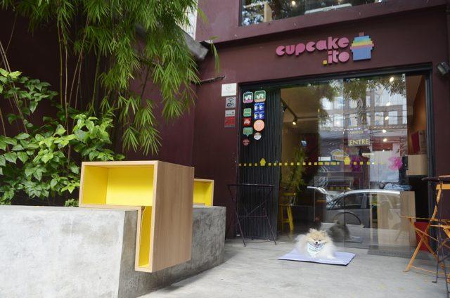 cachorro sentado na frente da loja